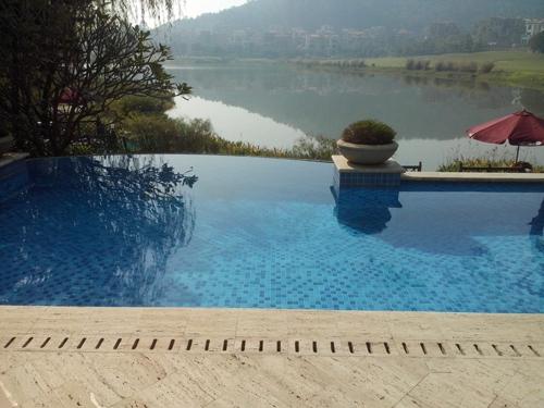 就是以没有边框的视觉效果的游泳池,达到泳池与景色融合,游泳池达到